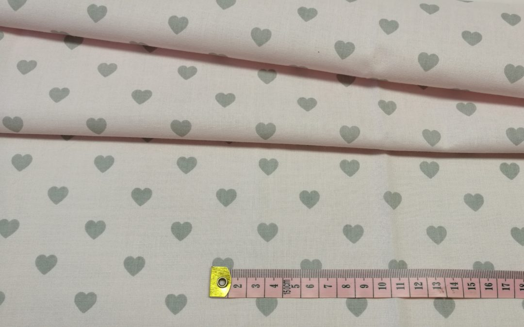 Bawełna wzór szare serduszka 12 mm na różu
