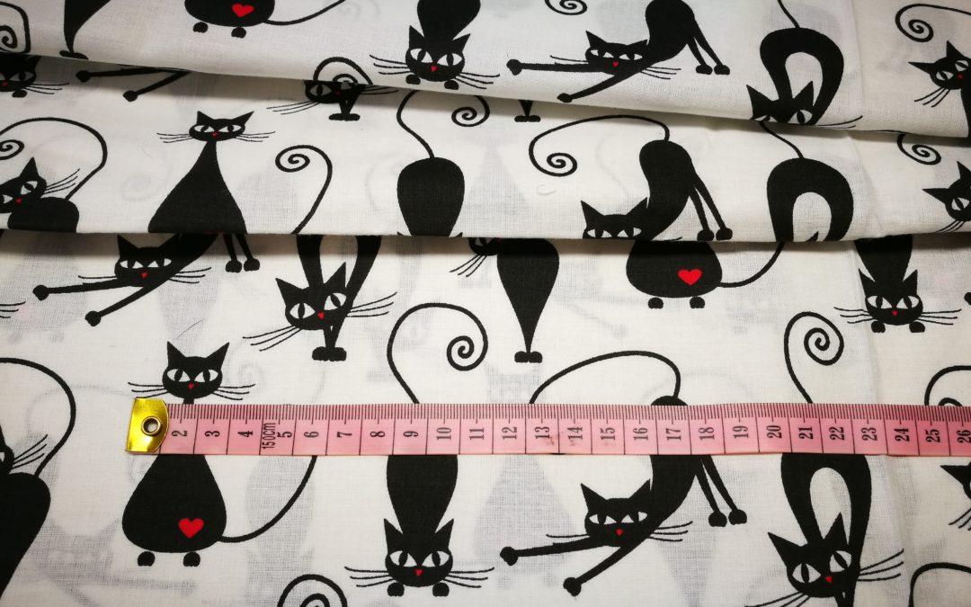 Bawełna wzór czarne koty z sercem na białym