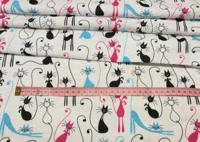 Bawełna wzór czarne, błękitne, różowe koty na białym