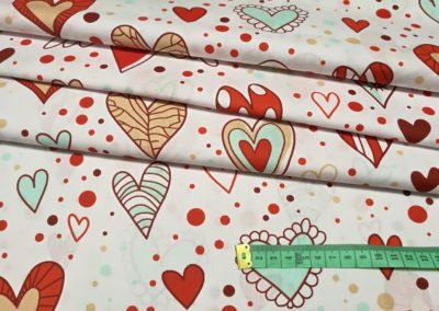 Bawełna wzór czerwono miętowe serca na białym
